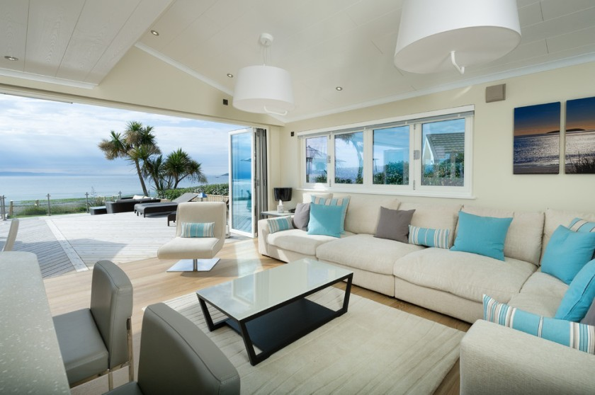 turquoise-throw-pillows-in-living-room-beach-with-blue-cushions-beige-sofa-7