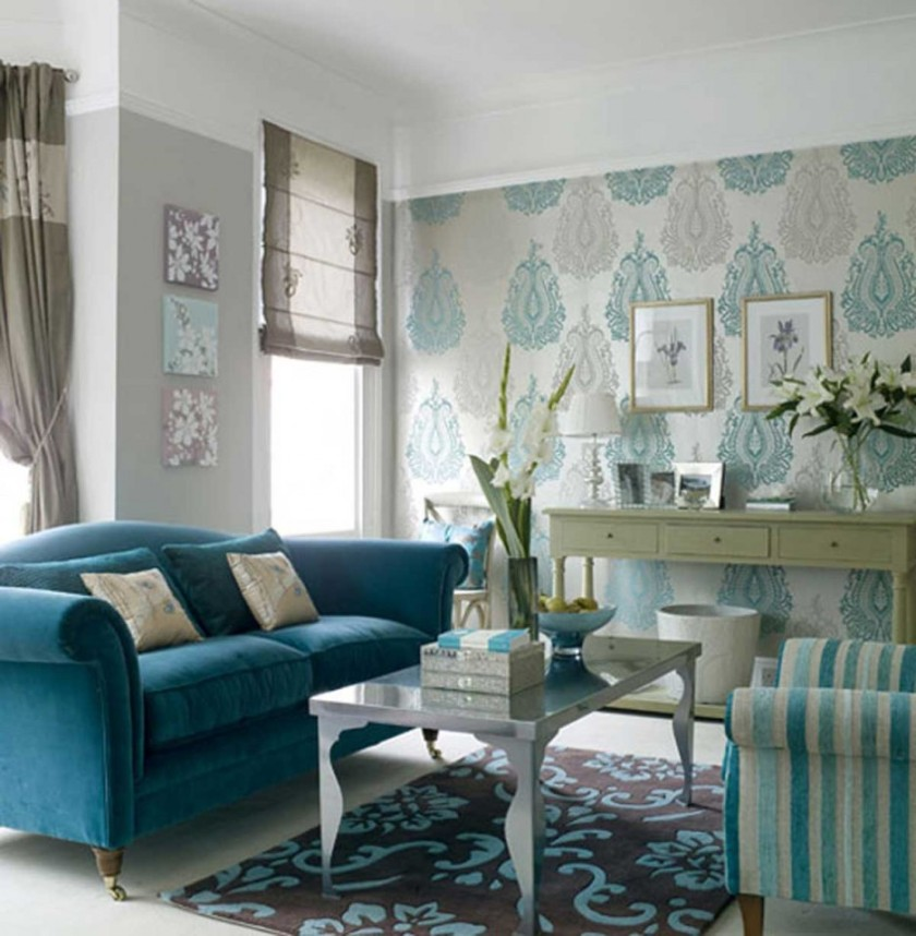 cozy-blue-living-room_amazing-tosca-wallpaper_elegant-transparent-flower-vase_amazing-blue-velvet-couch